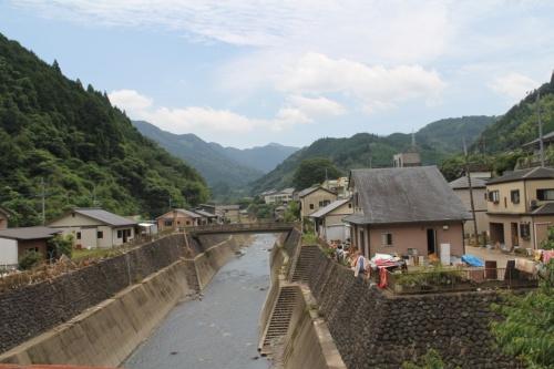 球磨川に注ぐ芋川沿いの住宅地。旧建設省が宅地等防水対策事業で地盤を広範囲に4~5m上げるかさ上げ工事を実施していた。2020年7月18日に撮影(写真:日経クロステック)