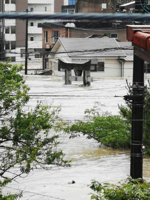 人吉市上青井町では建物の1階部分が完全に浸水した。2020年7月4日午前に撮影(写真:国土交通省)