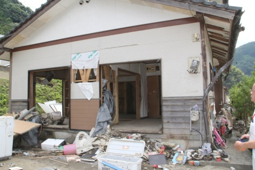 球磨川での水防災対策事業でかさ上げされた地盤上に立つ熊本県球磨村一勝地地区の住宅。2020年7月18日撮影(写真:日経クロステック)