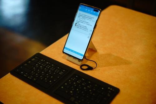 スマートフォンに外付けキーボードをつないで利用している例