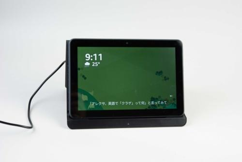 専用のワイヤレス充電スタンドに載せて充電できる。また充電中もAlexaが使える