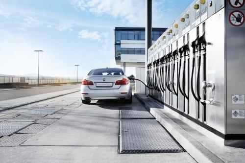 カーボンニュートラルな液体燃料を入れるエンジン車(出所:Bosch)