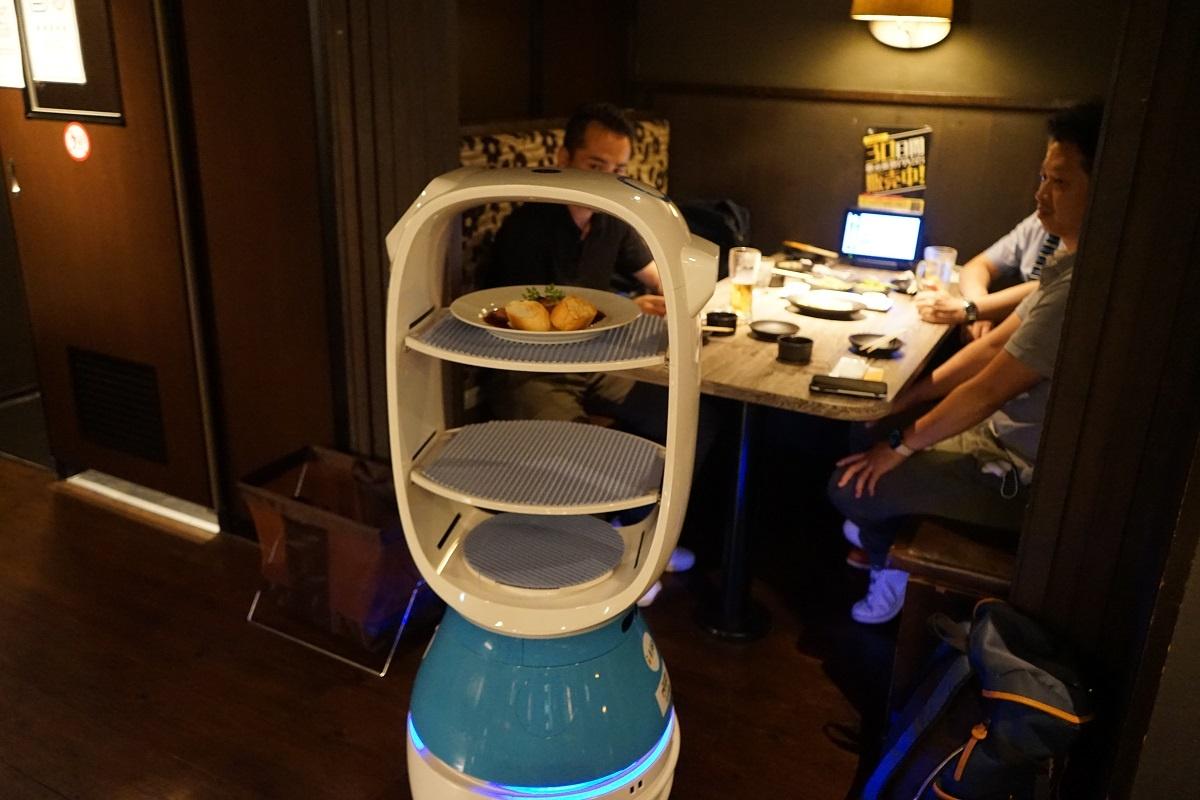 「居酒家 土間土間赤坂店」が導入したAI配膳ロボット「PEANUT」