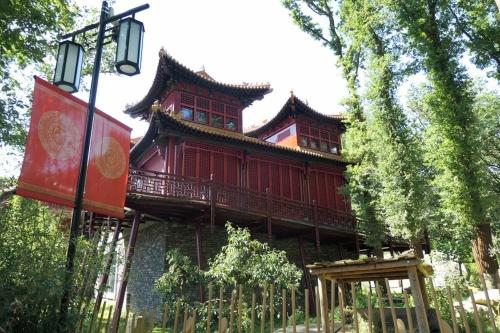 オランダのアウエハンツ動物園のパンダ館。建物の構造や色、素材は中国の寺院をベースにした。2018年8月撮影(写真:中川 美帆)