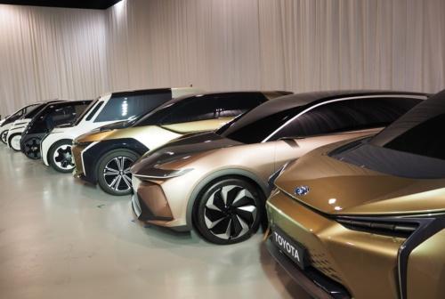 トヨタ自動車は、「電動車を世界で550万台以上販売し、そのうち電気自動車(EV)と燃料電池車(FCV)を100万台以上とする」という電動車の普及計画を5年前倒して2025年に改めることを、2019年6月に発表した(撮影:日経クロステック)