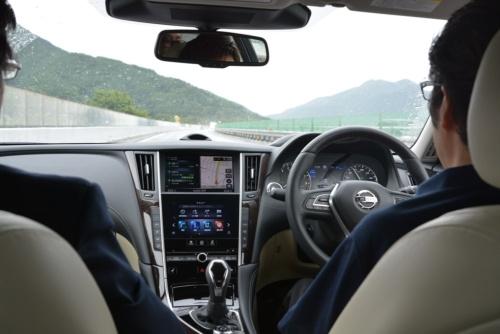 日産自動車のセダン「スカイライン」に搭載した先進の運転支援機能「プロパイロット2.0」は、高速道路上での同一車線内で手放し運転が可能になります(撮影:日経クロステック)
