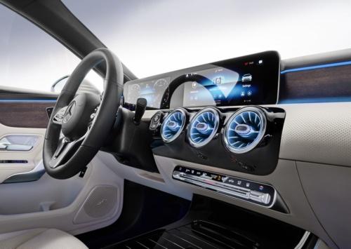 ドイツDaimler(ダイムラー)の「メルセデスベンツ Aクラスセダン」のインパネ。2枚のディスプレーを横一列に配置して一体化したデザイン(出所:Daimler)
