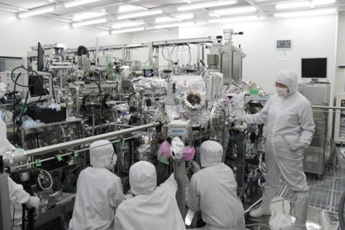 密閉容器「サンプルコンテナ」から、はやぶさ2が採取した物質を取り出し保管するための設備「クリーンチェンバー」で、作業のリハーサルをしている様子(出所:JAXA)