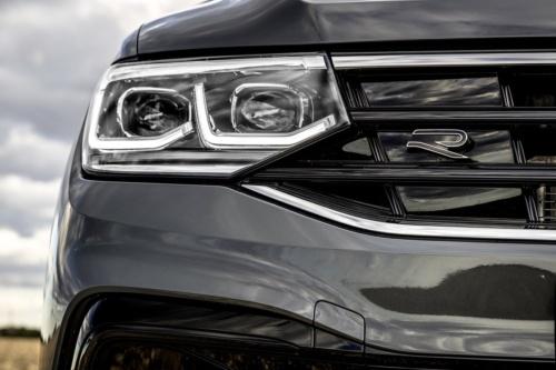ドイツVolkswagen(フォルクスワーゲン:VW)は、自動車の開発において複数の材料に対応した3Dプリンターを活用しました。ガラスのように透明度が高いプロトタイプ部品も製作し、設計に役立てたといいます。写真はSUV(多目的スポーツ車)の「Tiguan R-Line」のヘッドランプ(出所:Volkswagen)