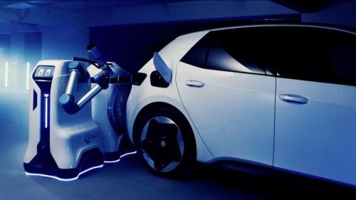 ドイツVolkswagen(フォルクスワーゲン:VW)が発表した、モバイル・チャージング・ロボットのプロトタイプ。駐車場などの限られたエリアでの利用を想定。ロボットが自律移動して充電済みの蓄電池を電気自動車(EV)の近くまで運び、充電する仕組み(出所:Volkswagen)