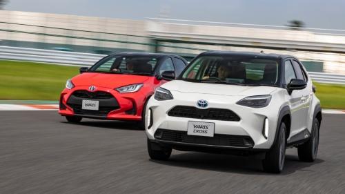 図2 トヨタの小型SUV(多目的スポーツ車)「ヤリスクロス」(右)