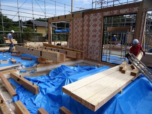 建築現場での外壁用大型パネルの建て込み作業。一般的な規模の戸建て住宅なら、建て方からサッシ取り付け、外壁から屋根の防水施工が1日で完了する(写真:大菅 力)