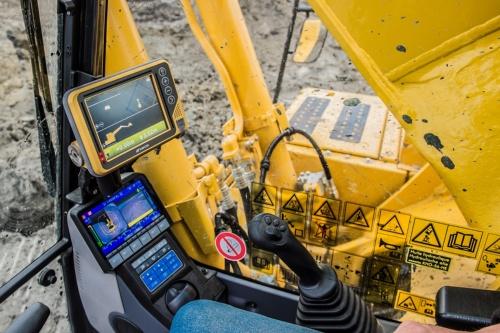 建設機械の自動化システムの一例。設計図通りにショベルの動きを自動制御するという