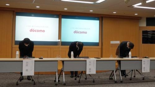 「ドコモ口座」への不正チャージ問題に関する会見で謝罪する、NTTドコモの丸山誠治副社長(中央)ら