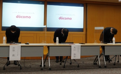 NTTドコモ幹部は電子決済サービスに関する不正利用で陳謝した(中央がドコモの丸山誠治副社長)