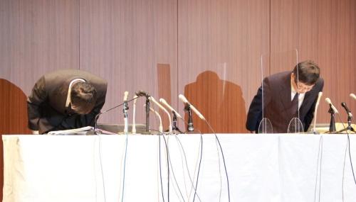 一連の不正について陳謝するゆうちょ銀行の池田憲人社長(右)と田中進副社長