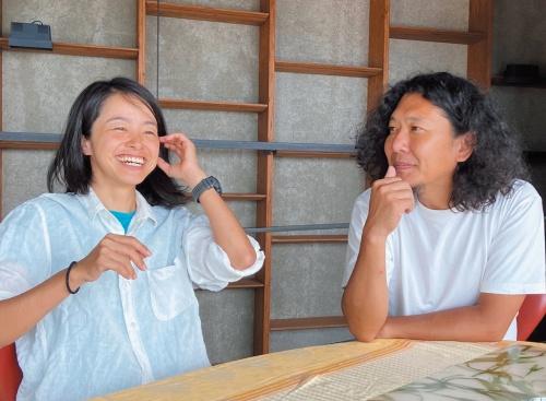 マウントフジアーキテクツスタジオの共同主宰者である原田真宏氏(右)と原田麻魚氏(左)(写真:Levi Cannon)
