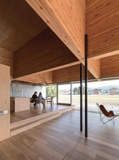 富山県滑川市に2016 年に完成した「立山の家」。高さ2.1mの大断面集成材で剛性の高い格子状の架構を構築。下層のRC造の軸にとらわれないスパンで木の架構を載せた(写真:浅田 美浩)