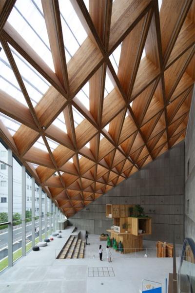「ROOFLAG賃貸住宅未来展示場」。東京都江東区に2020年6月にオープンした大東建託の賃貸住宅展示場。CLT梁を格子状に組んだ架構は、最大スパンが56.5m(写真:安川 千秋)
