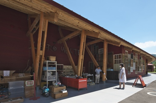 上勝町ゼロ・ウェイストセンターは、ごみの分別・保管・再生を行う場所を順に連ねている。丸太材を利用した架構が特徴的(写真:生田 将人)
