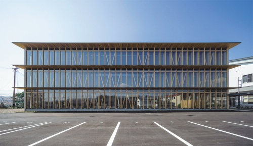 「高知学園大学」。2020年4月に開学した同大学は、木造3階建て校舎を、大判CLTを用いて実現した。CLTは床面のほか、長方形平面の短辺方向に3層通しで使用。写真の長辺方向は木造軸組み工法で、柱や筋交いが意匠に表れる(写真:艸建築工房)