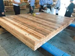 CLTの生産工場(山佐木材)での検査の様子(写真:三菱地所設計)