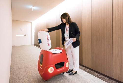 日本郵便が本社ビルで実施した、配送ロボット「YAPE」による社内郵便物の配送実験