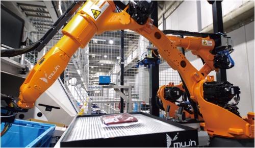 ファーストリテイリングの倉庫内に設置された、同社とMUJINが共同開発したロボット