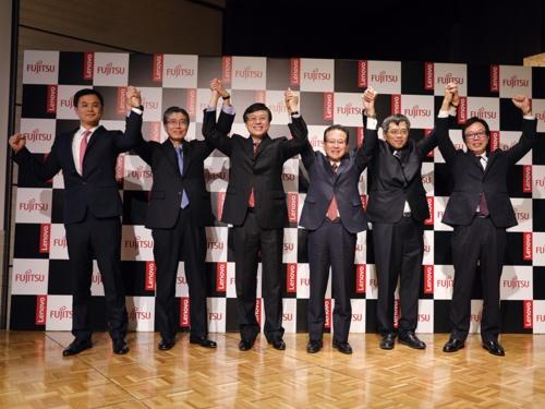 2017年11月、パソコン事業譲渡を発表する田中達也社長(当時、右から3人め)(写真提供:富士通)