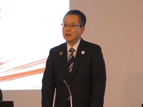 2018年4月、決算会見でニフティ事業譲渡の影響を説明する田中社長