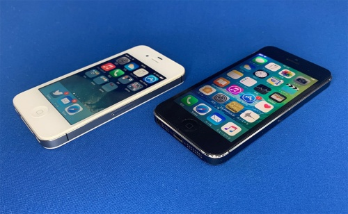 iPhone 5シリーズの角張ったデザインがiPhone 12シリーズで復活した。久しぶりに引っ張り出したiPhone 4Sを見た家族は「カワイイ」と声を上げた