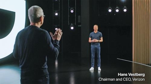 iPhone発表イベントに登壇した米ベライゾン・コミュニケーションズ会長兼CEOのハンス・ベストベリ氏