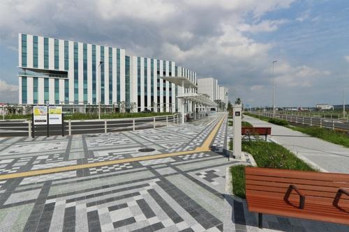 羽田イノベーションシティを西側から見る。京浜急行電鉄と東京モノレールの天空橋駅に直結する(写真:日経クロステック)