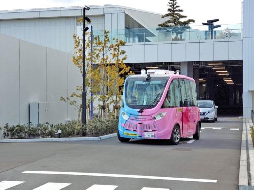 羽田イノベーションシティ内を循環するフランスNavya(ナビヤ)製の自律走行バス「NAVYA ARMA(ナビヤ アルマ)」。来街者は無料で乗車できる。一般車両も立ち入る道路を走行。全地球測位システム(GPS)などで自車の位置を把握し、障害物を避けながら設定したルートを走る。鹿島は空間情報データ連携基盤「3D K-Field」を提供した(写真:日経クロステック)