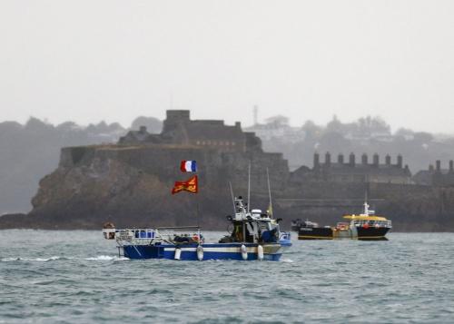 約50隻のフランス漁船が2021年5月6日、抗議するためジャージー島の沖合に集結した(写真:AFP/アフロ)
