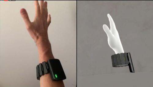 試作した腕輪型の筋電センサー端末