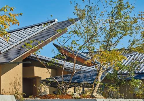 勾配が異なる切妻屋根が折り重なるように見える住宅(写真:藤井浩司=ナカサアンドパートナーズ)