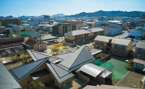 周辺に広がる勾配屋根の住宅となじみながら、新しいスカイラインを形成した(写真:藤井浩司=ナカサアンドパートナーズ)