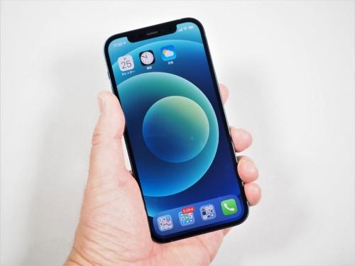 筆者が購入した「iPhone 12」。デザインはスクエアに変化し、有機ELの採用で薄型軽量になり、6.1インチながら片手でも持ちやすくなった(筆者撮影)