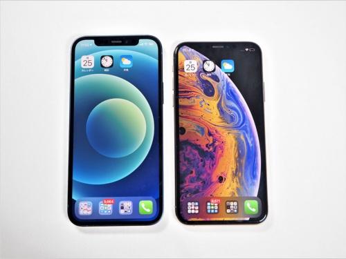 これまで使っていたiPhone XS(右)と並べて比べてみたところ。ディスプレーサイズの違いもありiPhone 12のほうがやや大きめだが、同じ有機ELを採用しているだけにサイズ感に大きな違いはない一方、デザインの違いから側面のフィット感はかなりの違いがある(筆者撮影)