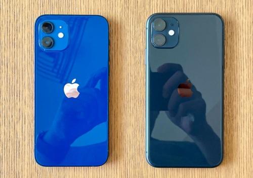 iPhone 12(左)とiPhone 11(右)を並べると、iPhone 12のほうがひと回り小さくなっていることがわかる
