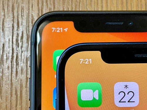 上下にiPhone 11(下)とiPhone 12(上)を重ねたところ。iPhone 12は側面の丸みがなくったことも併せて「額縁」がかなり薄くなっていることがわかる