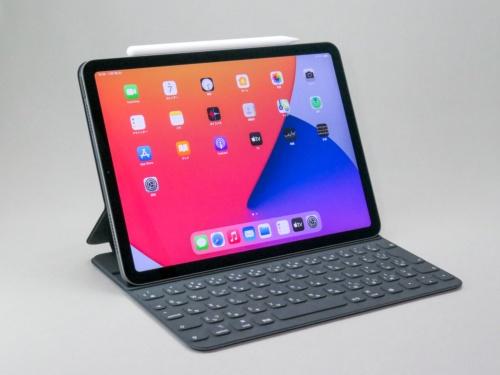 第4世代iPad Air。別売りのキーボードとペンを装着した状態