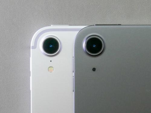 リアカメラ(右)は2018年モデルのiPad Pro(左)と似ている