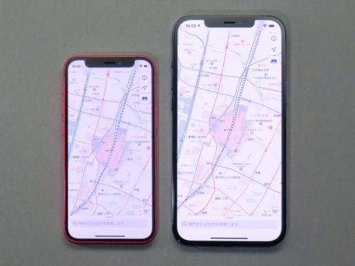 iPhone 12 mini(左)とiPhone 12 Pro Max(右)。表示できる情報量は大きく異なる