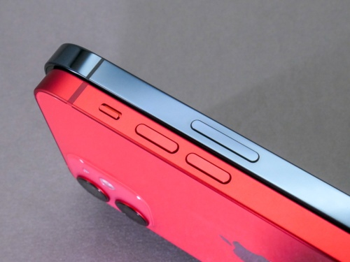 iPhone 12 mini(赤)はマットな仕上げ、iPhone 12 Pro Max(青)は光沢あり