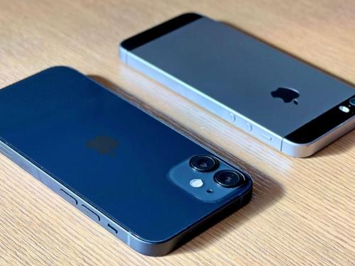 手前がiPhone 12 mini、奥がiPhone SE(第1世代)。iPhone 12 miniの平らな側面と小さな本体は、iPhone SE(第1世代)に通じるものがある