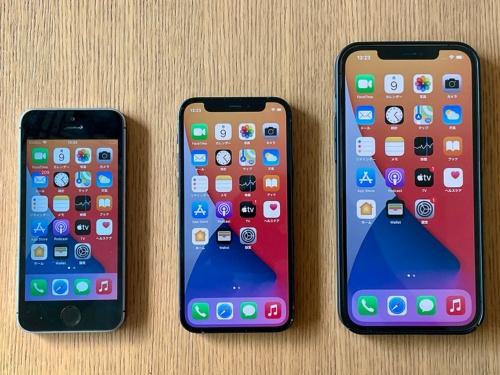 左からiPhone SE(第1世代)、iPhone 12 mini、iPhone 12。iPhone 12の機能を落とさず、よくここまで小型化できたと思う