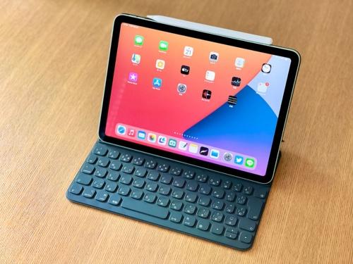 ほぼ同じきょう体サイズの11型iPad Pro(第2世代)向けに販売されている純正のキーボード「Smart Keyboard Folio」やディスプレー保護カバー「Smart Cover」がそのまま使用できる。Apple PencilもiPad Proと同じ「第2世代」が対応している