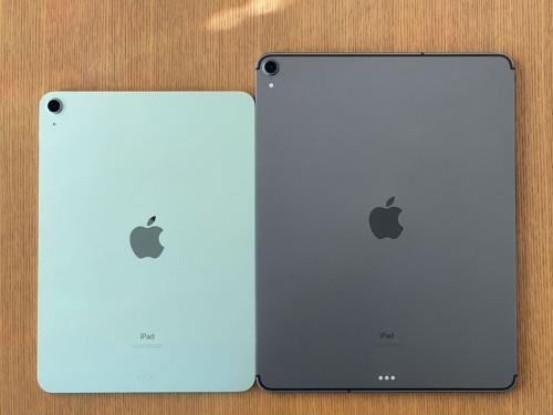 写真の右は12.9型iPad Pro(第3世代)のWi-Fi+Cellularモデル。背面の上部と下部にWi-Fiやモバイル通信の電波をきょう体内に取り入れるための樹脂パーツ、通称「アンテナライン」が存在する。iPad ProはWi-Fiモデルでも上部にはアンテナラインが残されているのだが、iPad Air(第4世代)のWi-Fiモデルでは上部のアンテナラインがなくなった(左)